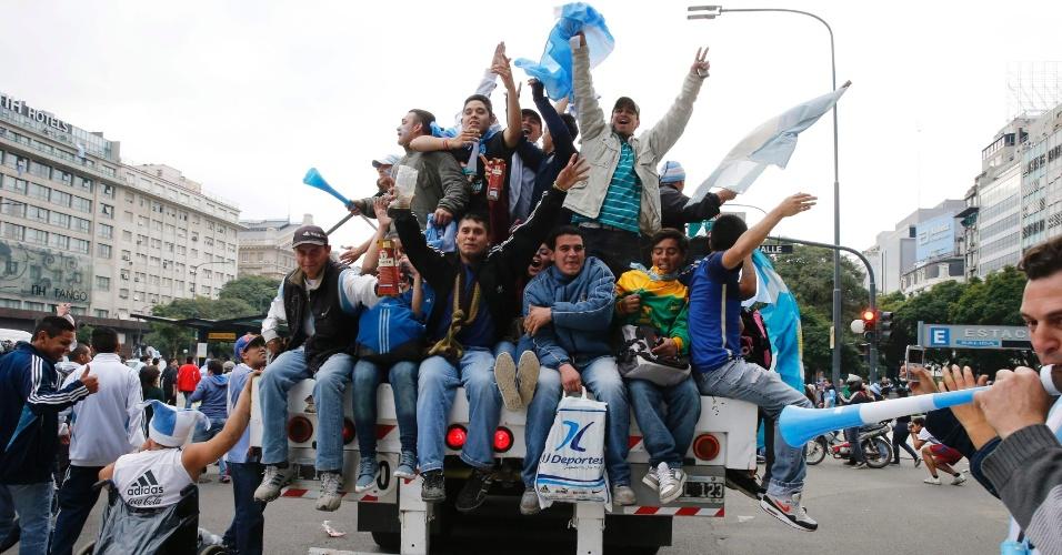 Argentinos sobem em caçamba de caminhão em Buenos Aires e fazem festa antes da final contra a Alemanha