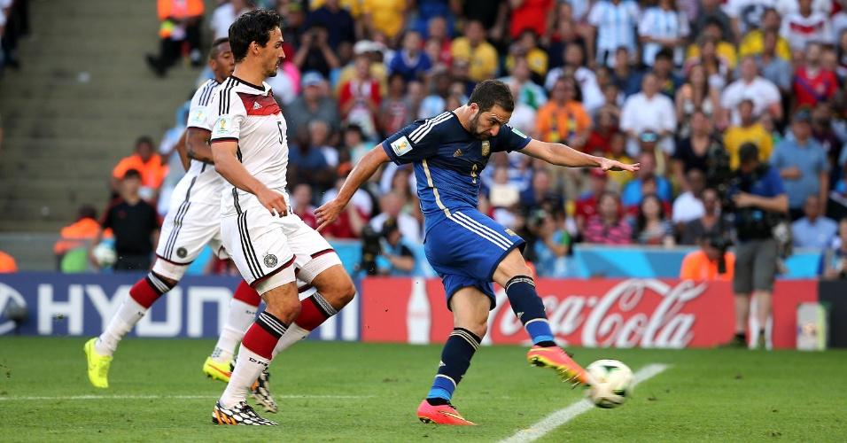 Atacante Higuaín arrisca chute contra o gol alemão na final da Copa