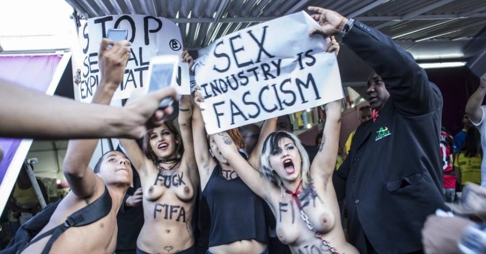 Ativistas do feminismo durante a manifestação contra a Copa no Rio de Janeiro