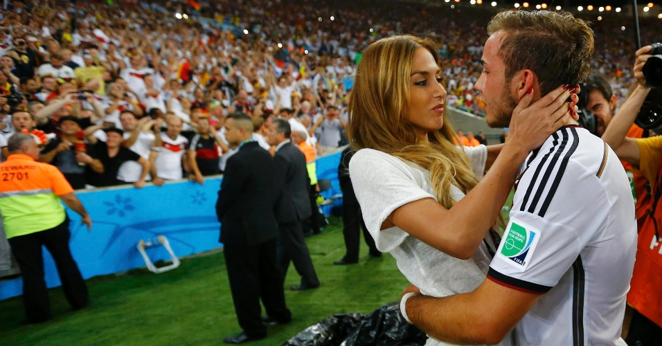 Autor do gol do título alemão, Mario Götze beija sua namorada Ann-Kathrin Brommel depois da partida contra a Argentina