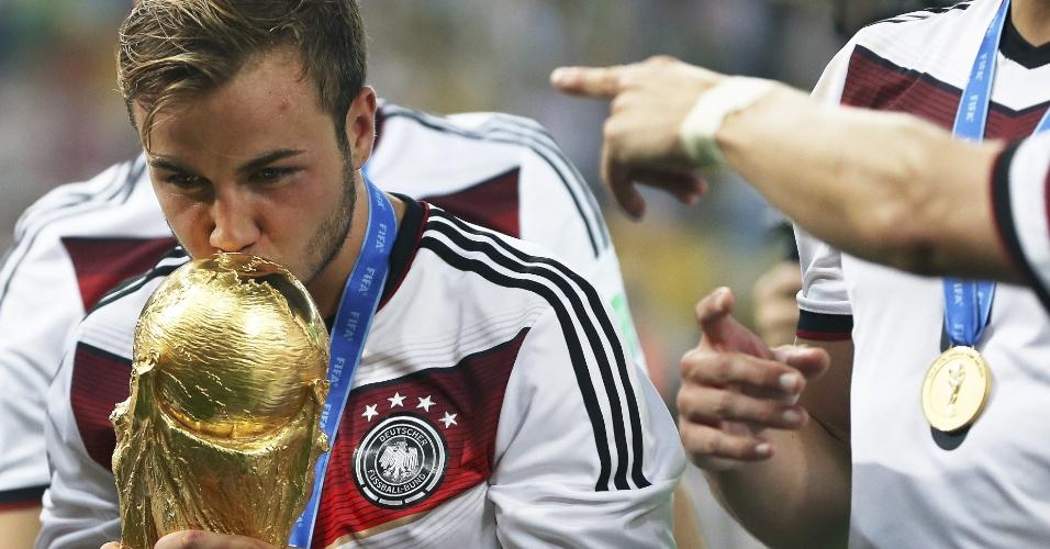 Autor do gol do título, Mario Götze beija a taça da Copa do Mundo