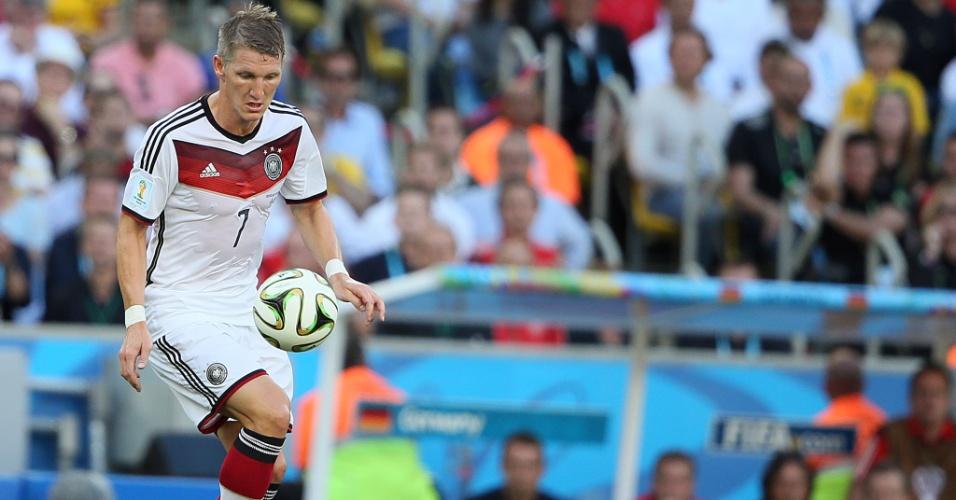 Bastian Schweinsteiger domina a bola durante a final entre Alemanha e Argentina