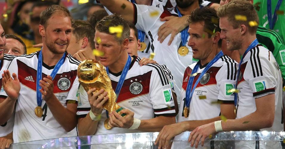 Bastian Schweinsteiger pega a taça da Copa e festeja o título mundial da Alemanha