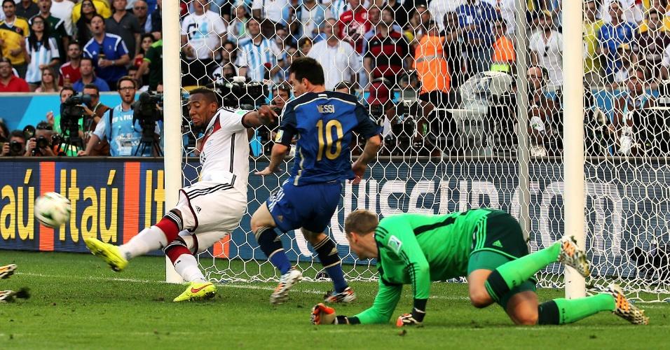 Boateng afasta perigo após Messi entrar na área alemã