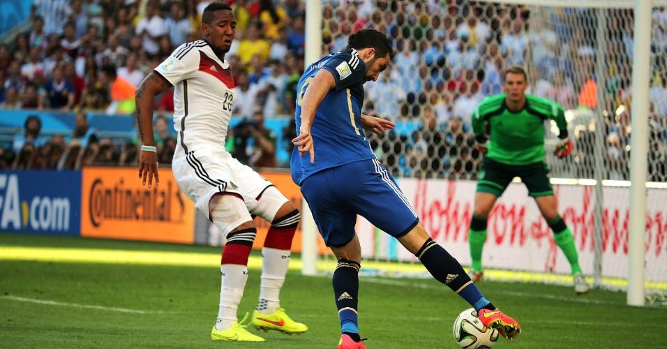Boateng marca investida de Higuaín no primeiro tempo da decisão da Copa do Mundo