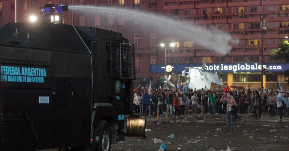 Caminhão da polícia argentina afasta manifestantes com canhão de água em Buenos Aires