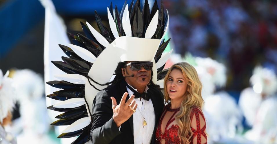 Cantores Carlinhos Brown e Shakira durante a apresentação da cerimônia de encerramento da Copa