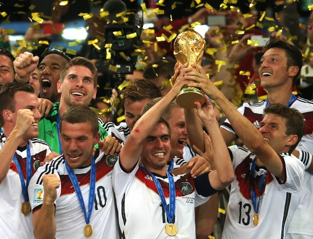 Capitão Philip Lahm levanta a taça da Copa do Mundo após vitória da Alemanha sobre a Argentina
