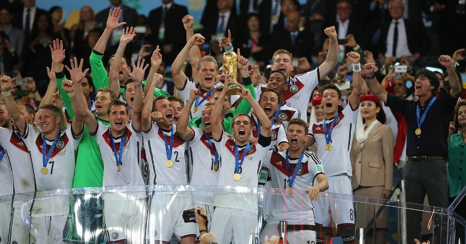 Capitão Philip Lahm levanta a taça do tetracampeonato alemão na Copa do Mundo