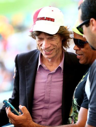 Carlinhos Brown pede para tirar foto com Mick Jagger no Maracanã durante a final entre Alemanha e Argentina