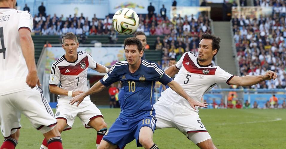 Cercado por marcadores alemães, Messi recebe a bola durante a decisão da Copa no Maracanã