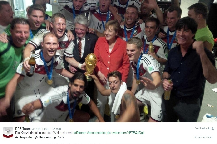 Chanceler alemã Angela Merkel celebra o título com os jogadores no vestiário do Maracanã