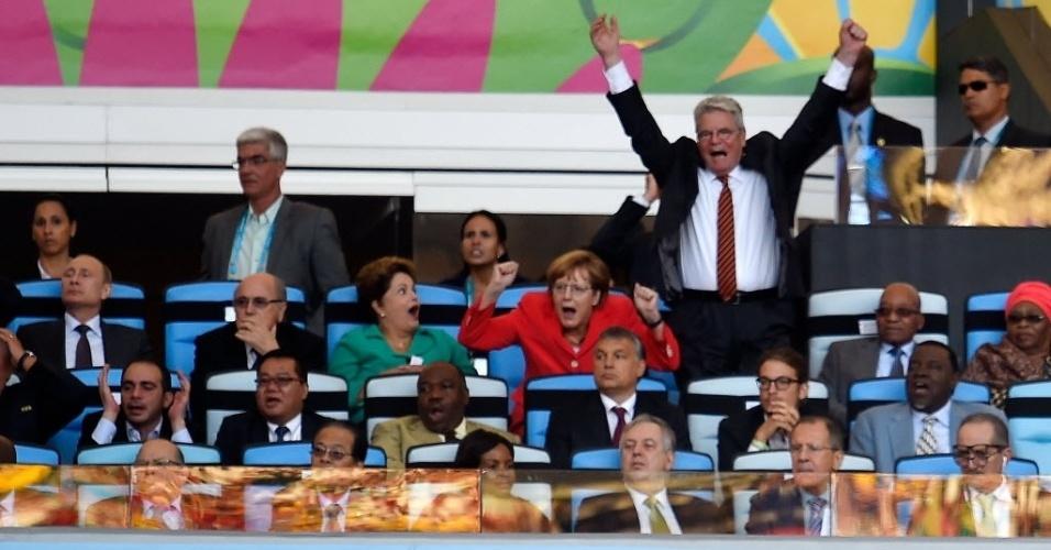 Chanceler alemã, Angela Merkel, e presidente da Alemanha Joachim Gauck comemoram gol de Götze contra a Argentina nas tribunas do Maracanã