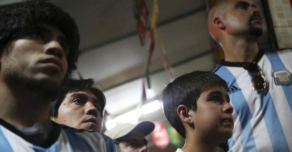 Criança torcedora da Argentina chora com o vice-campeonato próximo ao estádio do Maracanã