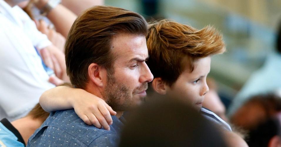 David Beckham abraça o filho Cruz durante a final da Copa entre Alemanha e Argentina no Maracanã