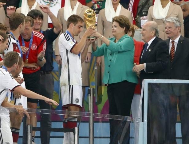 Dilma foi vaiada ao entregar a taça e quando aparecia seu nome no telão