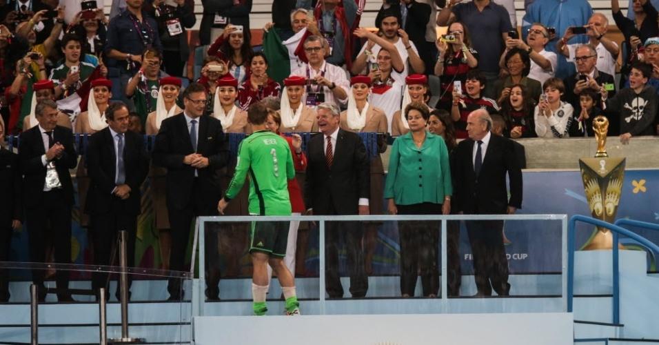 Dilma Roussef foi vaiada quando apareceu no telão e depois ao entregar a taça