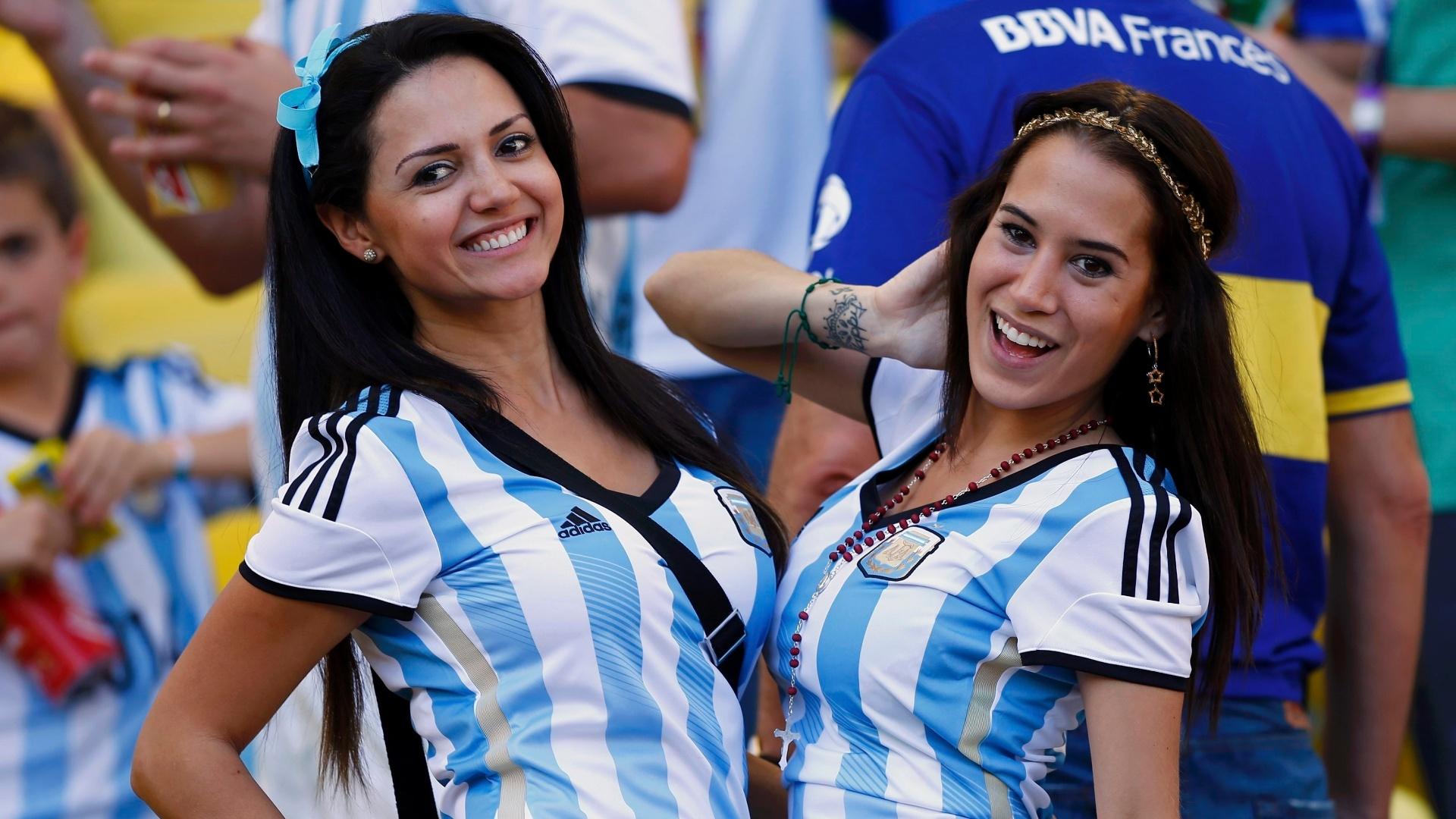 Dupla de torcedoras argentinas embelezam arquibancadas do Maracanã durante final da Copa do Mundo