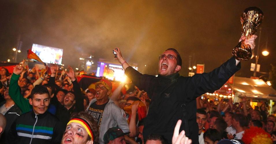Em Berlim, alemães comemoram nas ruas com taça da Copa do Mundo após vitória sobre a Argentina