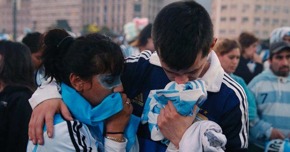 Em Buenos Aires, casal argentino se abraça após derrota na final da Copa do Mundo para a Alemanha