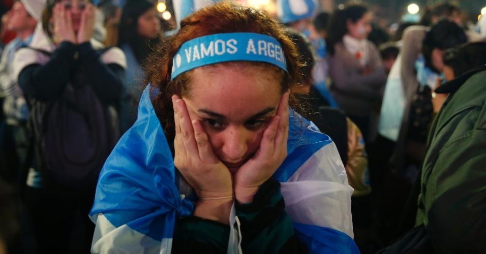 Em Buenos Aires, torcedora argentina fica cabisbaixa após derrota por 1 a 0 para a Alemanha na final da Copa do Mundo