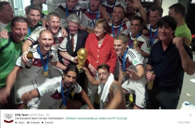 Em comemoração regada a cerveja, jogadores da Alemanha posam com a chanceler Angela Merkel e com o presidente Joachim Gauck no vestiário do Maracanã