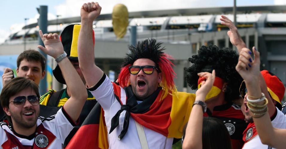 Em frente ao Maracanã, torcedores da Alemanha fazem a festa antes dos portões do estádio serem abertos para a final da Copa