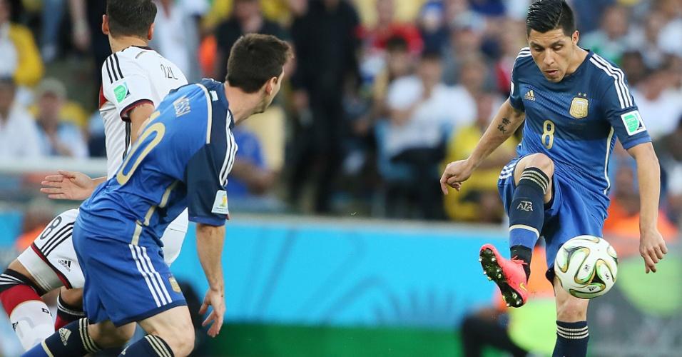 Enzo Pérez domina a bola durante a final entre Argentina e Alemanha