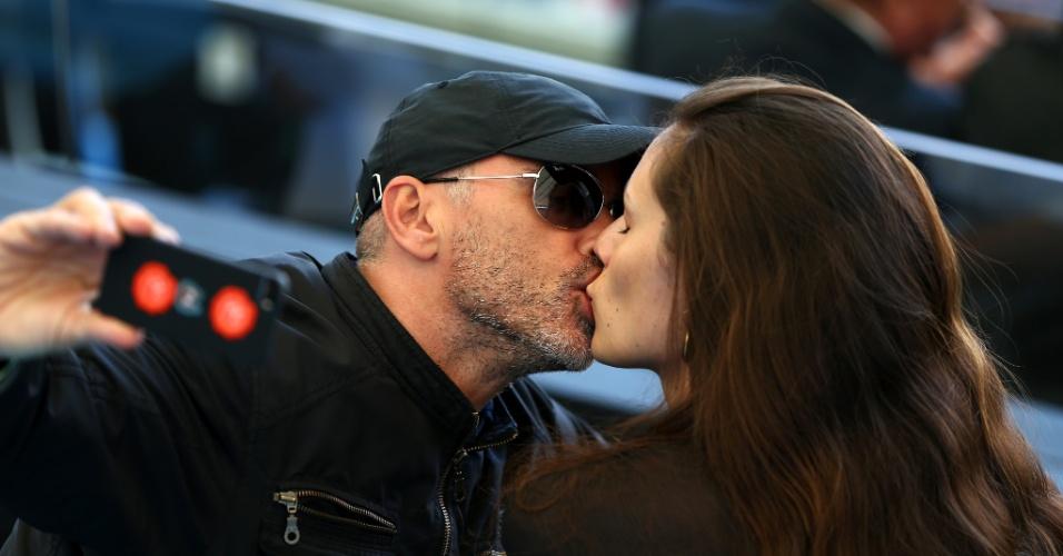 Eros Ramazzotti faz selfie beijando sua mulher Marica Pellegrini no Maracanã