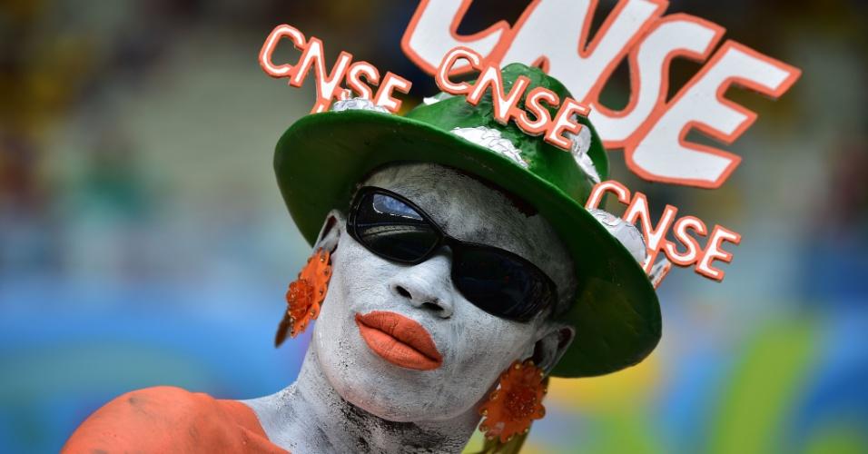 Fortaleza - Torcedor da Costa do Marfim se pinta com as cores da bandeira para o jogo decisivo contra a Grécia, no Castelão
