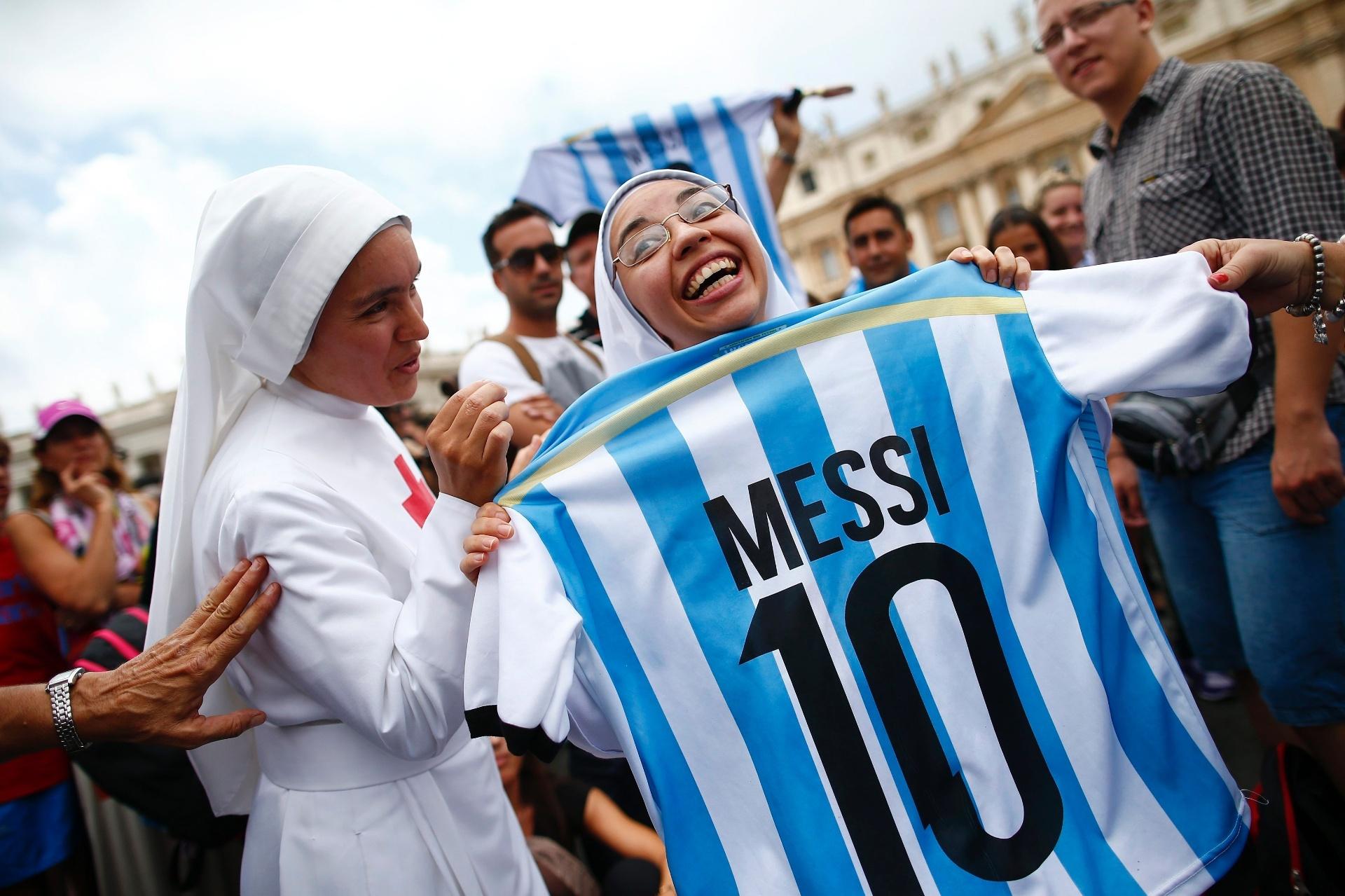 Freiras entraram na brincadeira e posaram com a torcida argentina no Vaticano