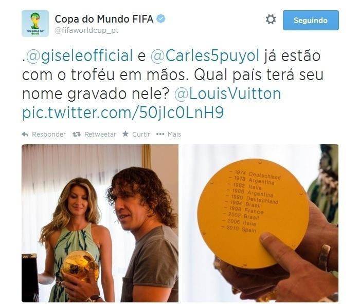 Gisele Bündchen e o espanhol Puyol carregam a taça antes da final da Copa