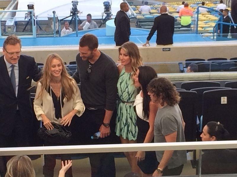 Gisele Bündchen no Maracanã ao lado do secretário geral da Fifa Jèrôme Valcke, o espanhol Puyol e o marido, Tom Brady