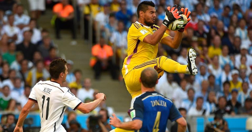 Goleiro argentino Romero sobe para agarrar a bola em cruzamento da Alemanha