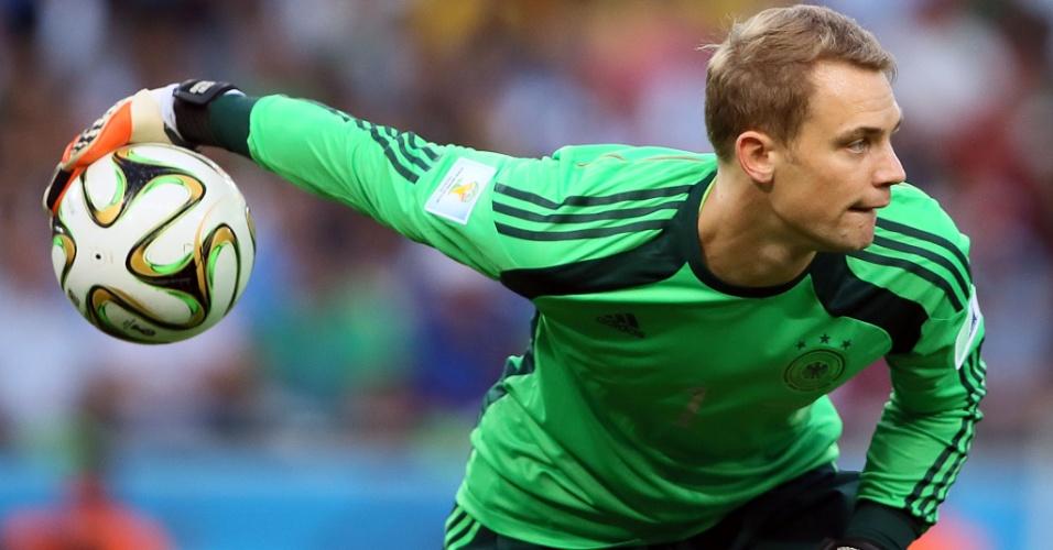 Goleiro Manuel Neuer se prepara para repor a bola em jogo no segundo tempo de Alemanha x Argentina