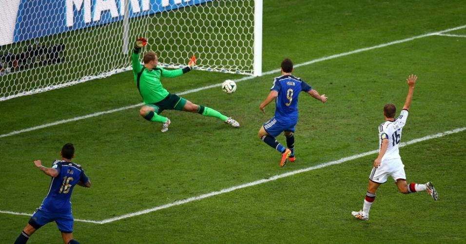 Higuaín coloca a bola para dentro em lance anulado pela arbitragem