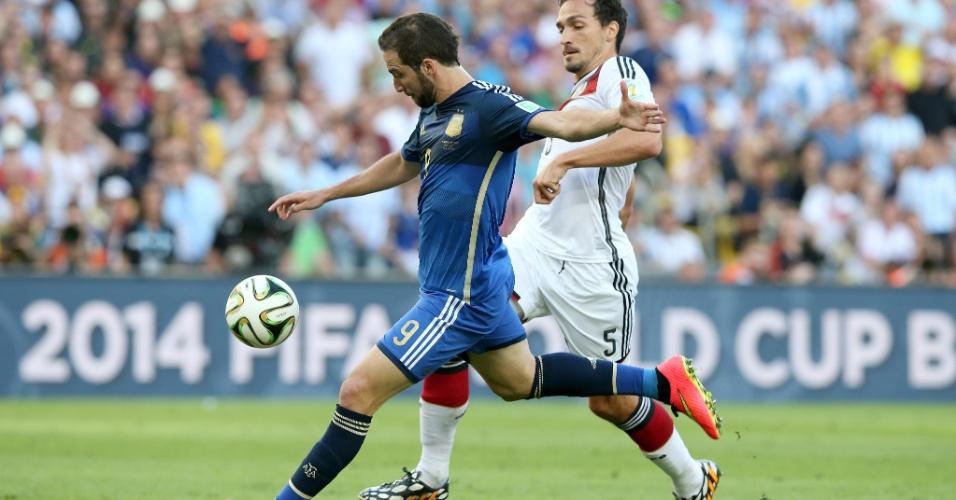 Higuaín foge da marcação de Hummels e finaliza para o gol
