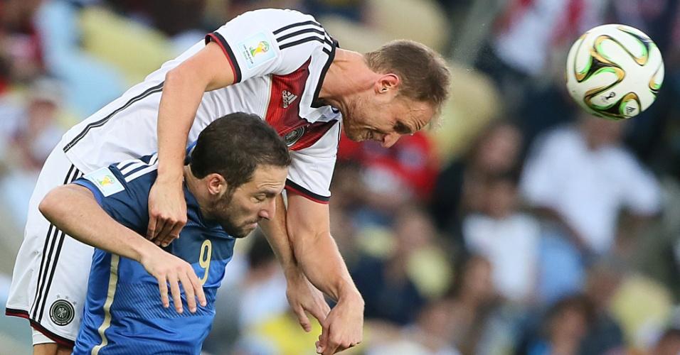 Higuaín tenta vencer marcação alemã durante a final no Maracanã