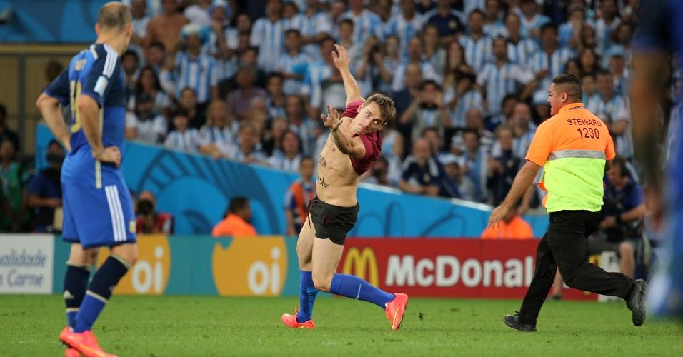 Homem invade o campo durante a final entre Argentina e Alemanha
