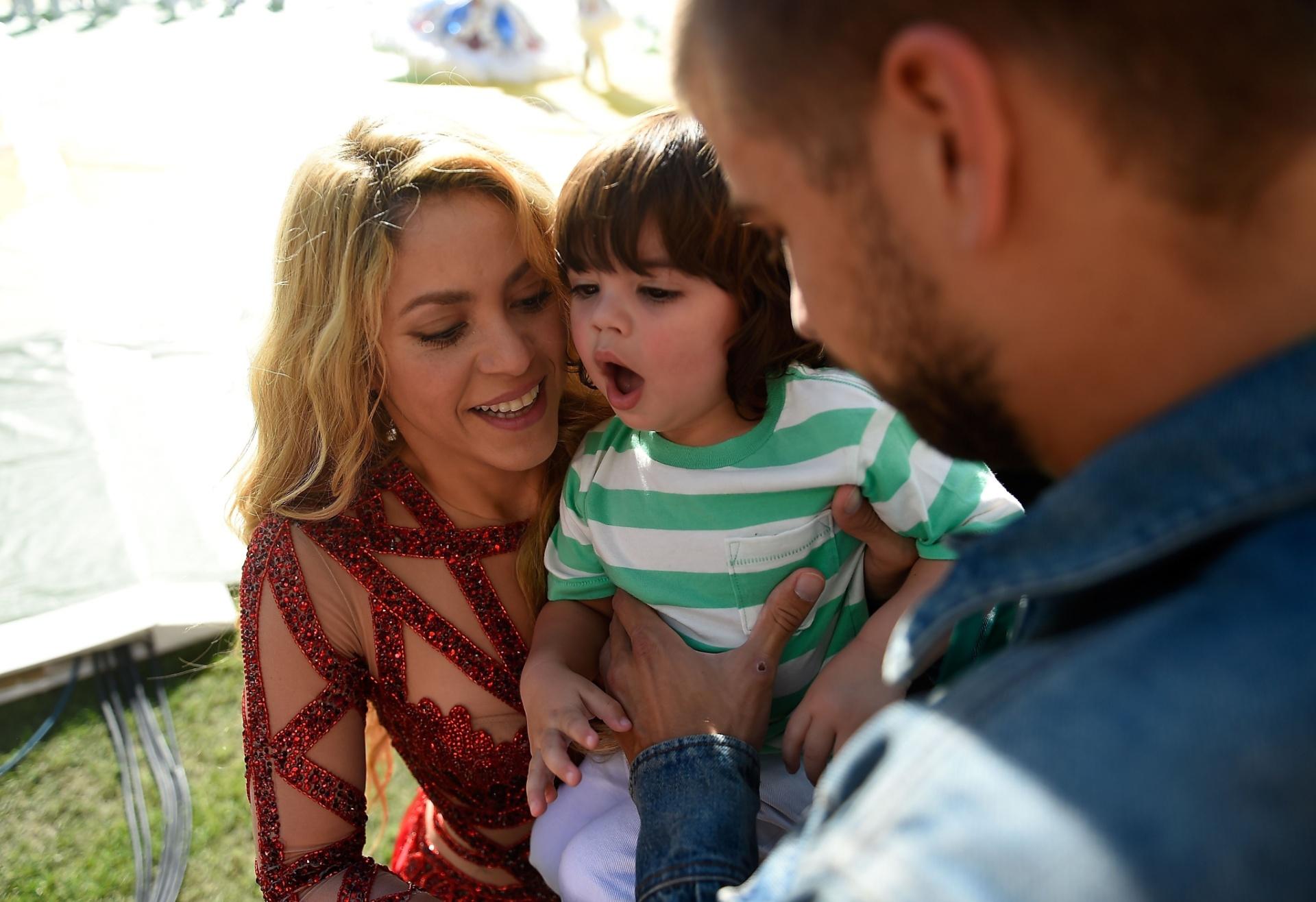 Jogador espanhol Piqué, que é casado com Shakira, entre o filho do casal à cantora durante a cerimônia de encerramento da Copa do Mundo, no Maracanã