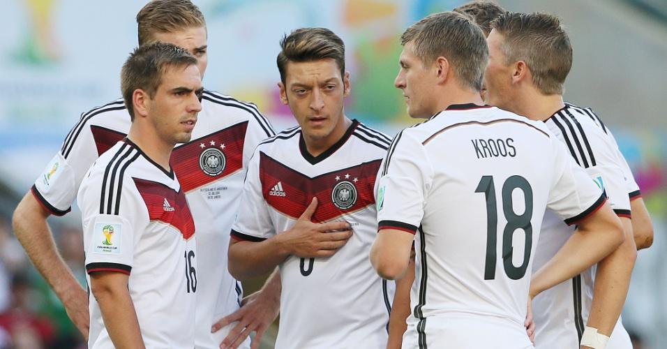 Jogadores alemães conversam durante a final da Copa do Mundo contra a Argentina