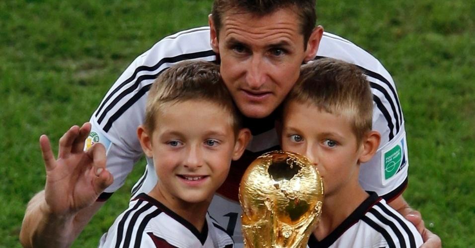 Klose e seus filhos com a taça do Mundial no gramado do Maracanã