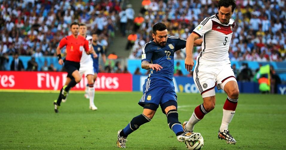 Lavezzi arrisca drible em cima de Hummels no primeiro tempo de Alemanha x Argentina
