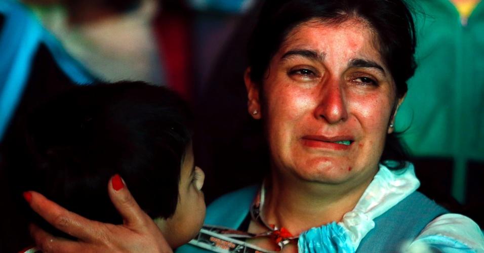 Mãe chora e abraça filho em Buenos Aires após derrota para a Alemanha na final da Copa do Mundo