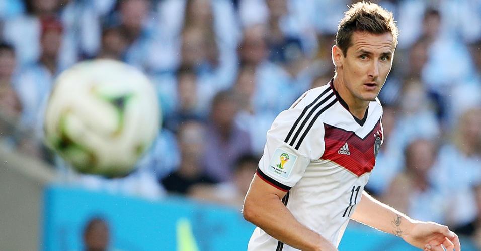 Maior artilheiro em Copas do Mundo, Miroslav Klose observa bola durante a decisão da Copa do Mundo