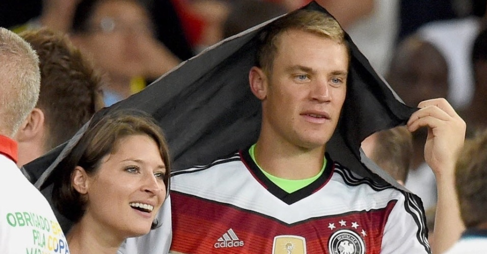 Manuel Neuer festeja título ao lado da namorada Kathrin Gilch no Maracanã