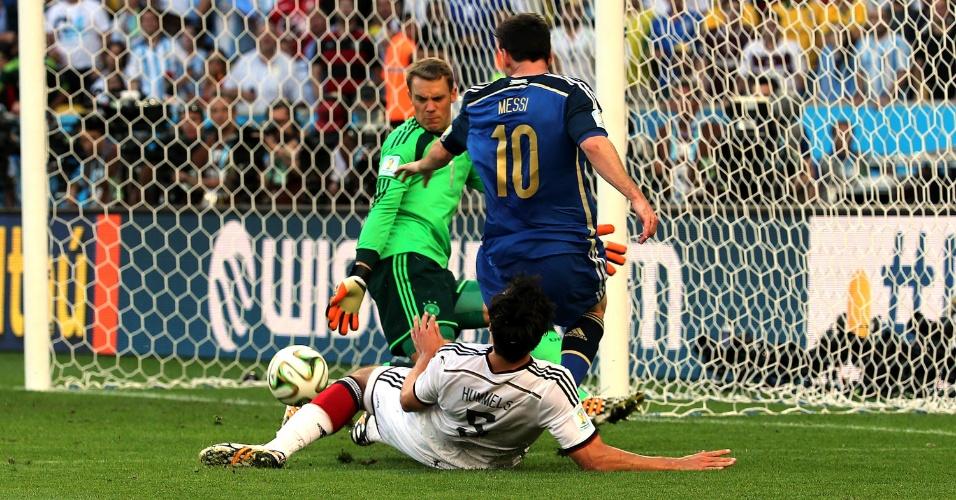 Marcado por Hummels, Messi avança na área alemã para tentar abrir o placar para a Argentina
