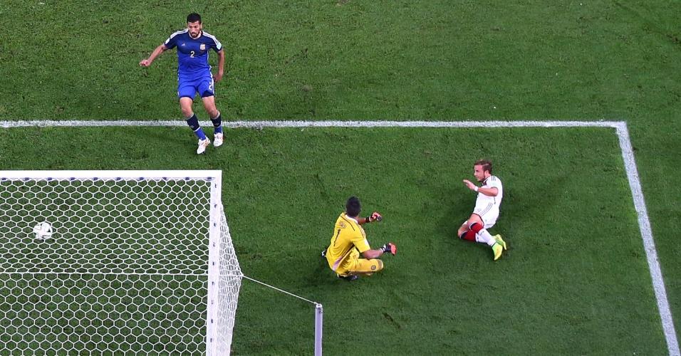 Mario Götze chuta para marcar o gol do título da Alemanha contra a Argentina, na prorrogação da partida