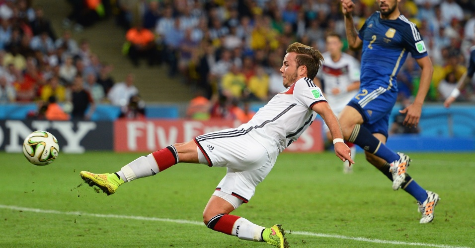 Mario Götze chuta para marcar o primeiro gol da final entre Alemanha e Argentina, na prorrogação da partida