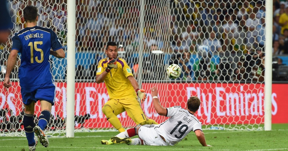 Mario Götze observa a bola entrar após chutar e marcar o gol do título da Alemanha na final contra a Argentina